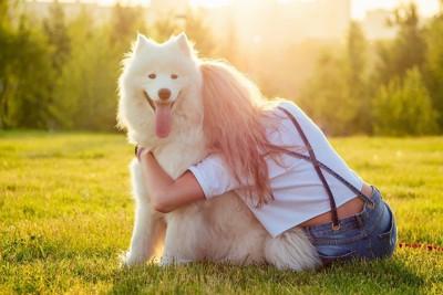 背中向けた女性と笑顔の犬