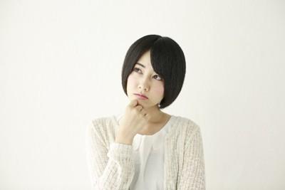 考える女性 ショートヘア 背景白