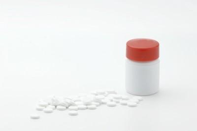 瓶と錠剤 散らばっている 背景白