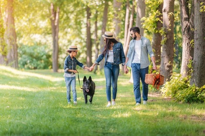 家族と歩く黒い犬