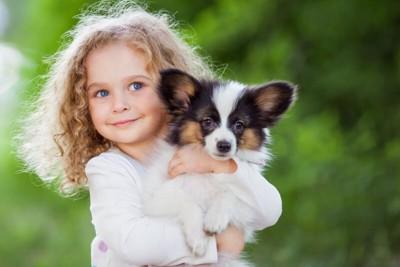 パピヨンを抱っこしている子供