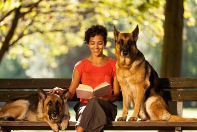 犬に本を読む女性