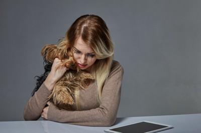 愛犬を抱きしめる女性