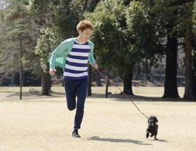 犬と走る男性
