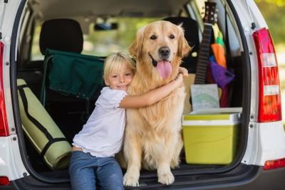 トランクに入る犬と子供