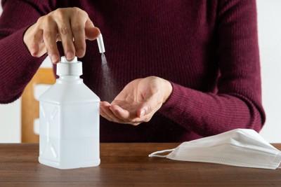 消毒液で手を消毒する人