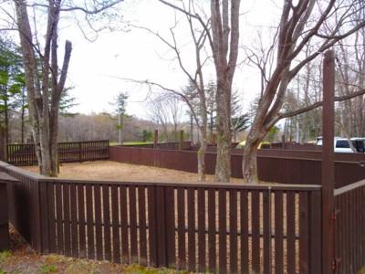 柵に囲われたキャンプサイト