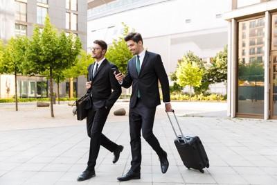 歩く二人のビジネスマン