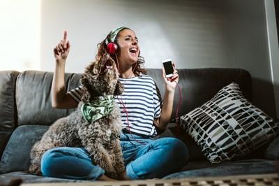 一緒に音楽を楽しむ女性と犬
