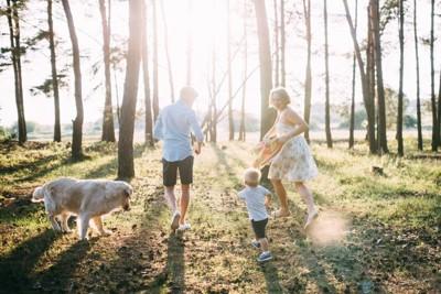 両親と子供と犬
