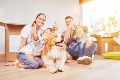 笑顔で写る家族と犬