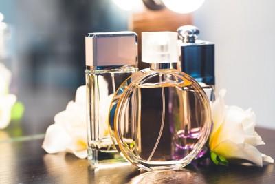 香水のビンと花