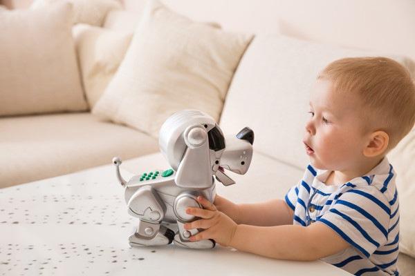 犬ロボットと遊ぶ男の子