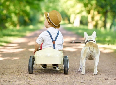 散歩をする子供と犬