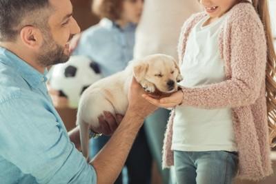 子犬をプレゼントする父親