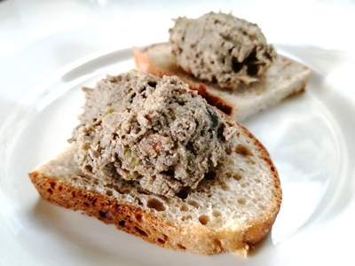パンにのせたレバーペースト