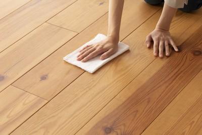 床を拭く手