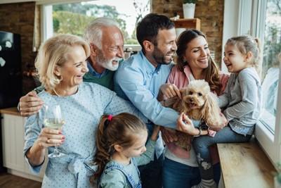 談笑する家族とトイプ