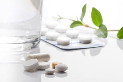 錠剤の薬とコップに入った水