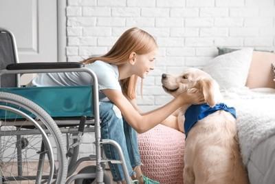 車いすの女の子と犬