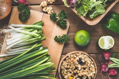 まな板の上に並んだ野菜