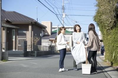 立ち話をする近所の女性たち