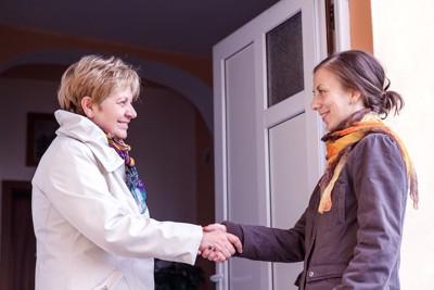 友人と握手する女性