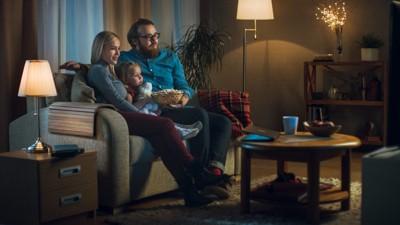 テレビ鑑賞中の家族