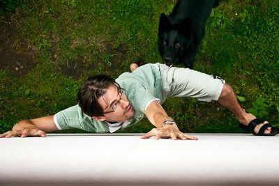 黒い犬から逃げる男性