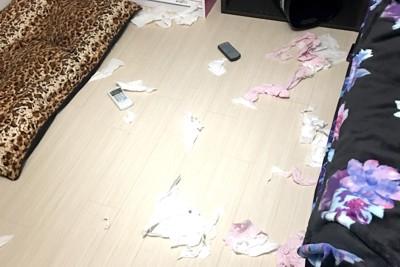 部屋にティッシュが散乱している写真