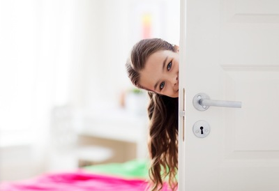 ドアから覗く女の子
