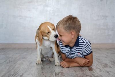 子供の横にきて一緒の姿勢をしている犬