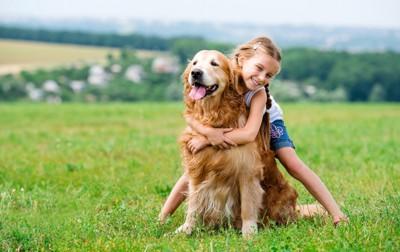 犬に抱き着く女の子