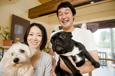 2匹の犬と男女