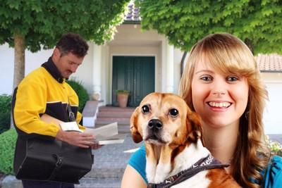 郵便配達の男性と犬と女性
