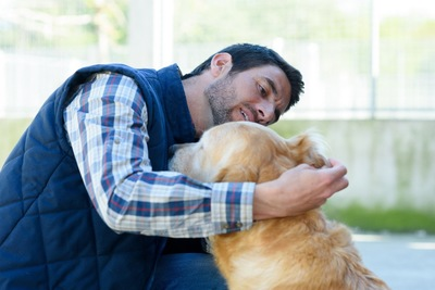 犬の耳を観察する男性