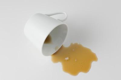 倒れるコーヒーカップ