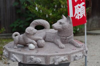 母犬と子犬の石像