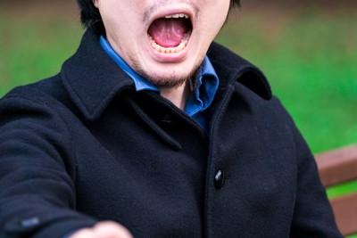 怒鳴る男性