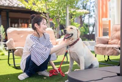 犬と仲良く触れ合う女性