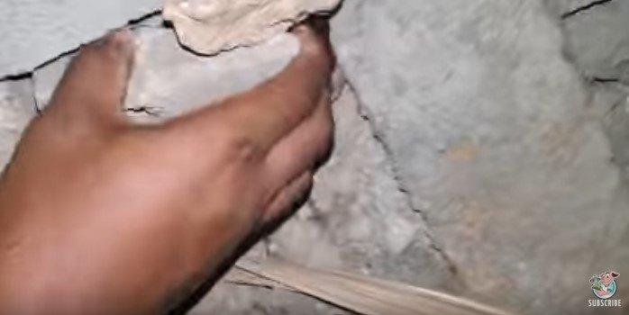 コンクリート片を取り除く