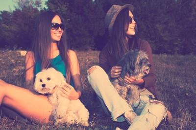 2人の女性と2頭の犬