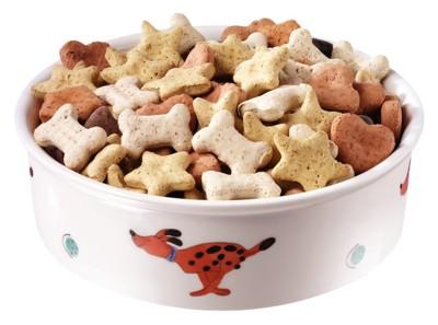 骨・ハート・星の形をしたカラフルなドッグフード