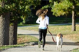 #犬と女性がジョギングしている写真#