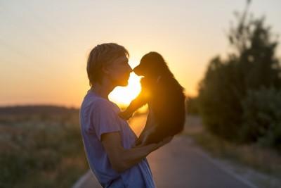 鼻と鼻を合わせる犬と飼い主