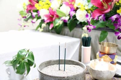 線香と花がある葬式風景