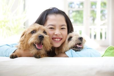 楽しそうな犬と女の子