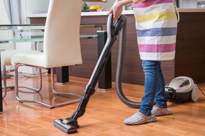部屋に掃除機をかける人