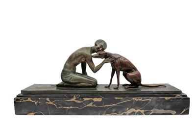 顔を寄せ合う犬と女性のブロンズ像