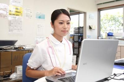 女性看護士 パソコンに向かう